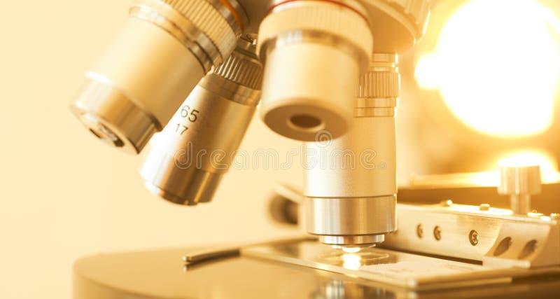Detail der Mikroskop-Linse und des Dias stockfotos