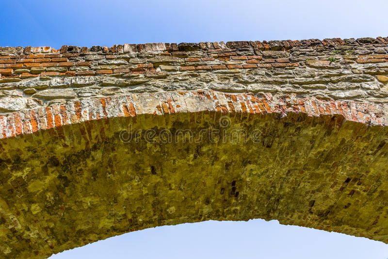 Detail der mittelalterlichen Buckelbrücke in Italien lizenzfreies stockfoto