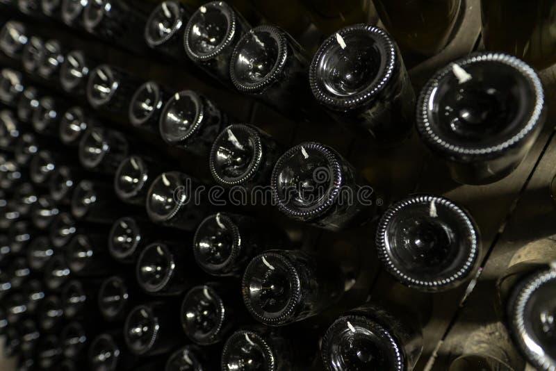 Detail der proces der Herstellung des Sektes mit den Glasflaschen auf Ständen lizenzfreies stockbild