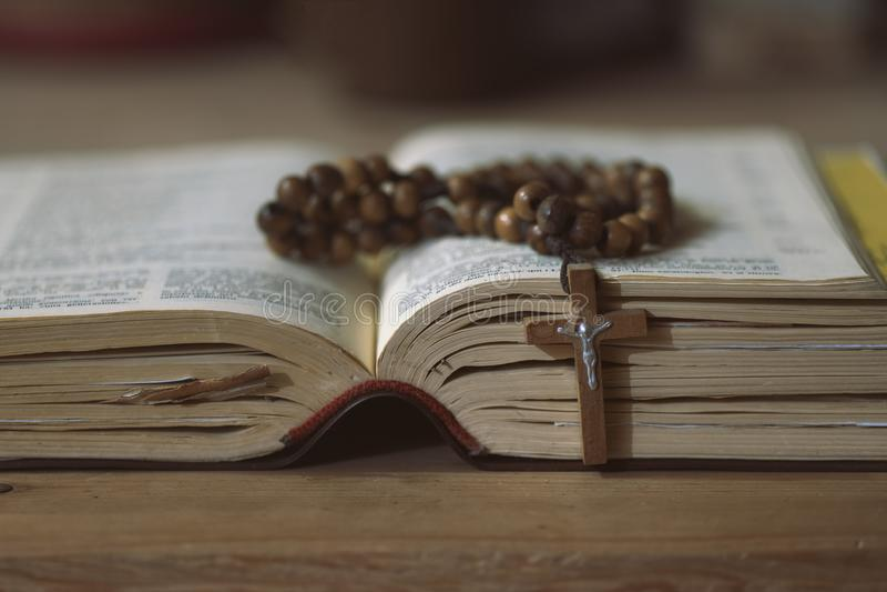Detail der Rosenbeetkrone auf dem Evangelium lizenzfreie stockbilder