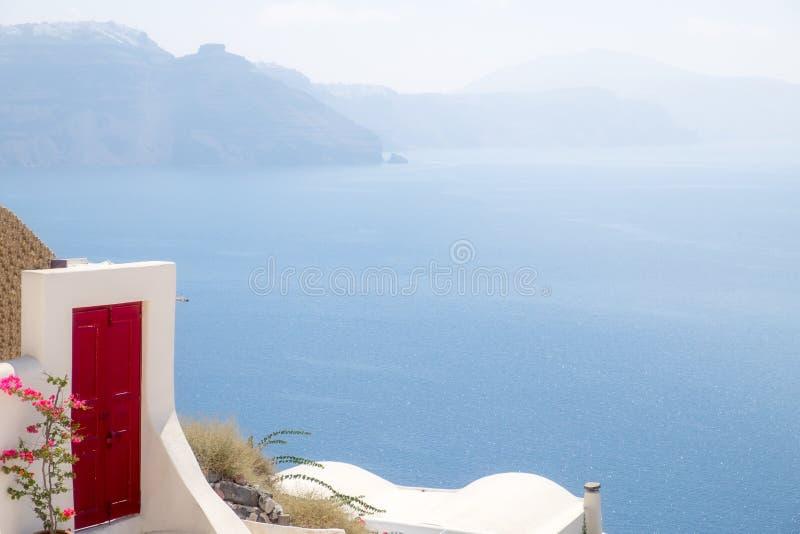 Detail der roten Terrassentür mit Ozeanhintergrund, Santorini stockfotos