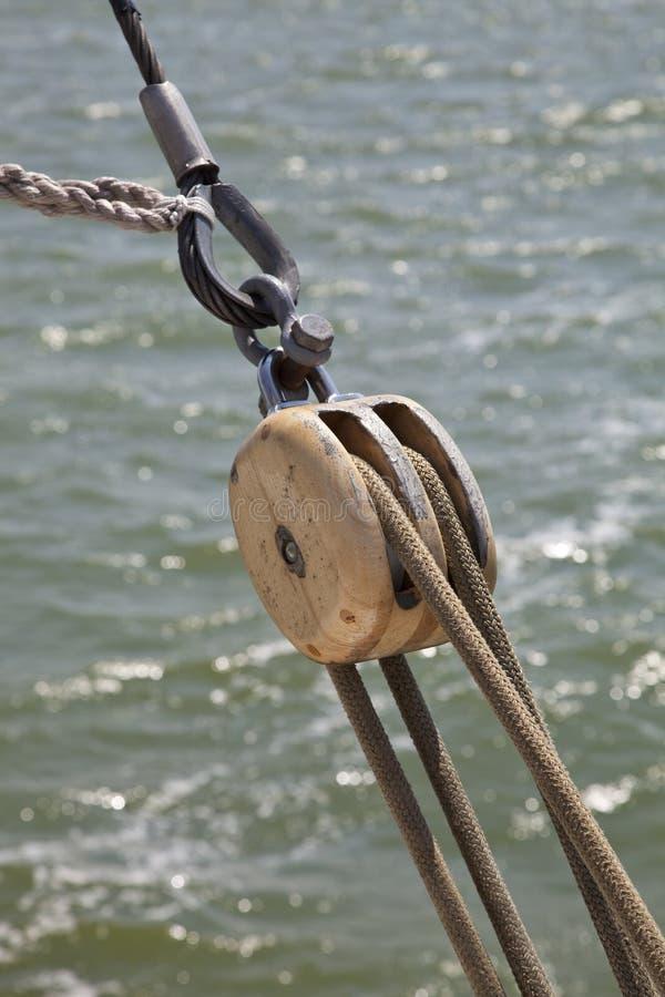 Detail der Seilzüge und der Seilrolle von einem Tjalk stockfotos