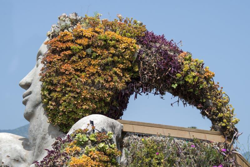 Detail der Skulptur mit Blumen in Sankt Ursula, Teneriffa, spai lizenzfreies stockfoto