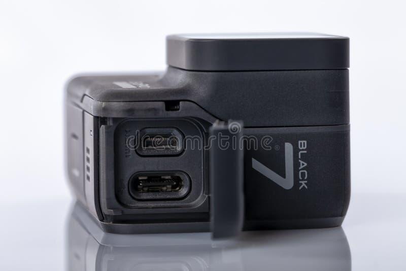 Detail der Verbindungen vom neuen Schwarzen GoPro-Held-7 lokalisiert lizenzfreies stockbild
