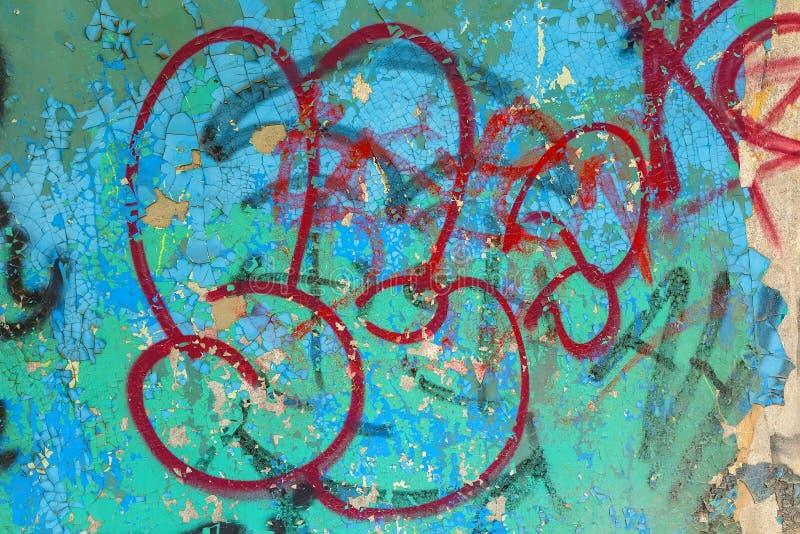 Detail der verwitterten Wand bedeckt mit Graffiti stockfoto