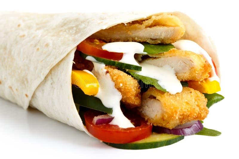 Detail der zerkrümelten gebratenes Hühner- und Salattortillaverpackung mit whi lizenzfreie stockfotografie