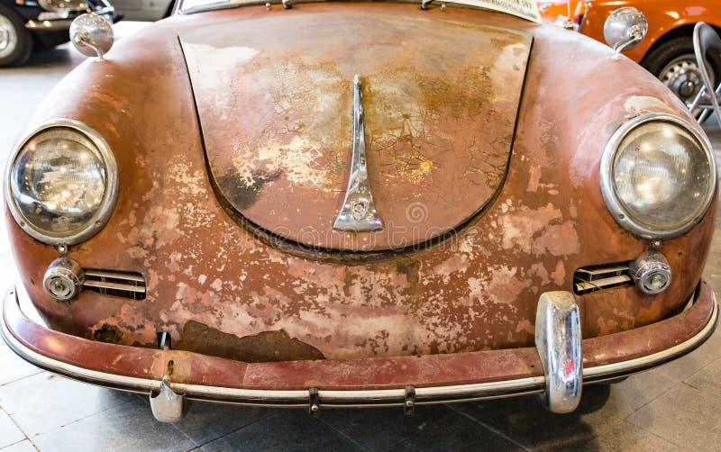 Detail des alten deutschen rostigen Autos genannt stockbilder