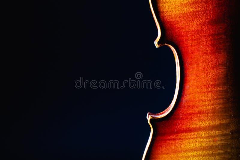 Detail des alten Violinenmusikinstrumentes der Orchesternahaufnahme lokalisiert auf Schwarzem stockfoto