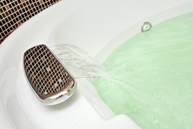 Detail des Badezimmers mit Mosaik und fallendem Wasser stockfotos