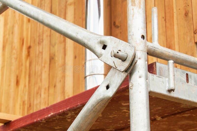 Detail des Baugerüsts verbindet am Gebäude eines Familienhauses Arbeiten Sie an einer Baustelle eines ökologischen Hauses lizenzfreies stockbild
