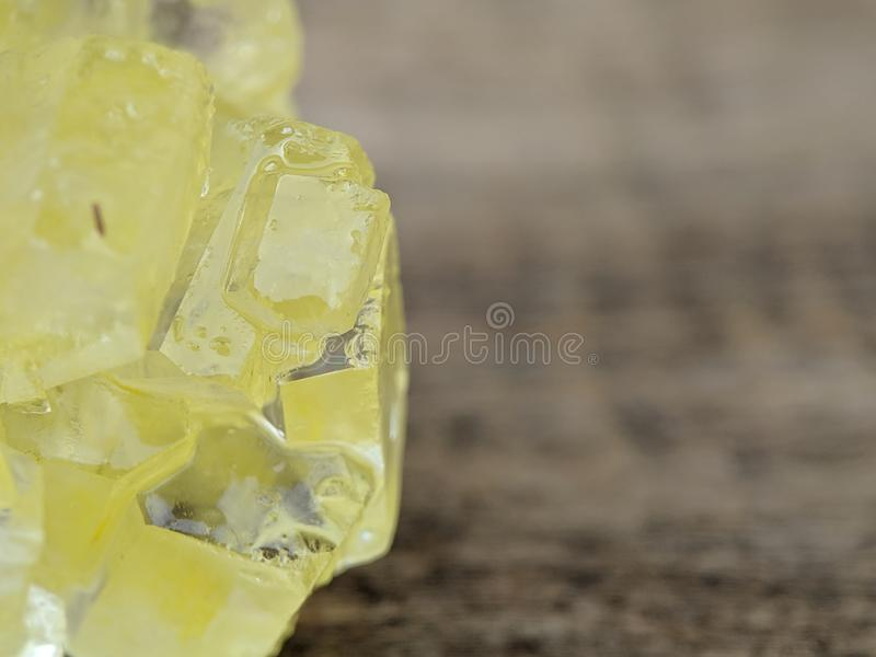Detail des braunen Felsenzuckers auf Makroschuß stockfoto