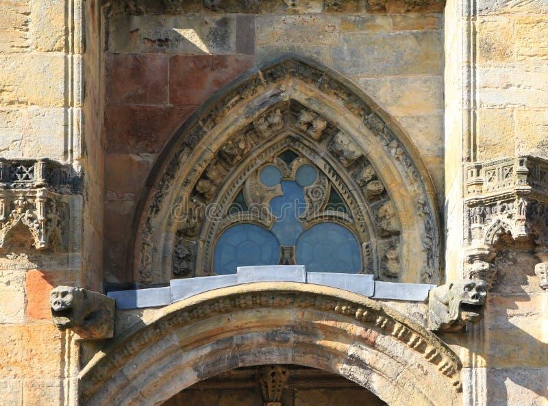 Detail des Fensters über einer Seitentür an Rosslyn-Kapelle lizenzfreie stockfotos