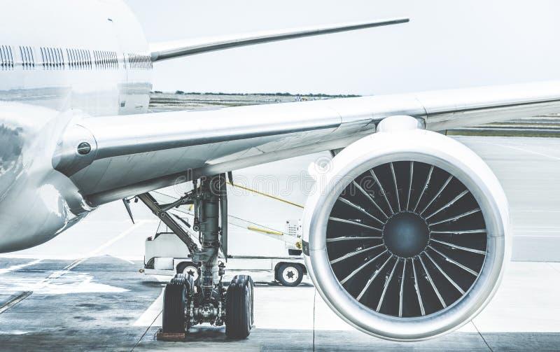 Detail des Flugzeugmaschinenflügels am Flughafenabfertigungsgebäudetor stockfotos