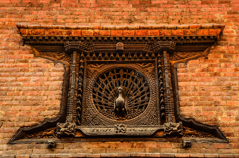 Detail des geschnitzten Pfaufensters in Bhaktapur, Nepal lizenzfreies stockfoto
