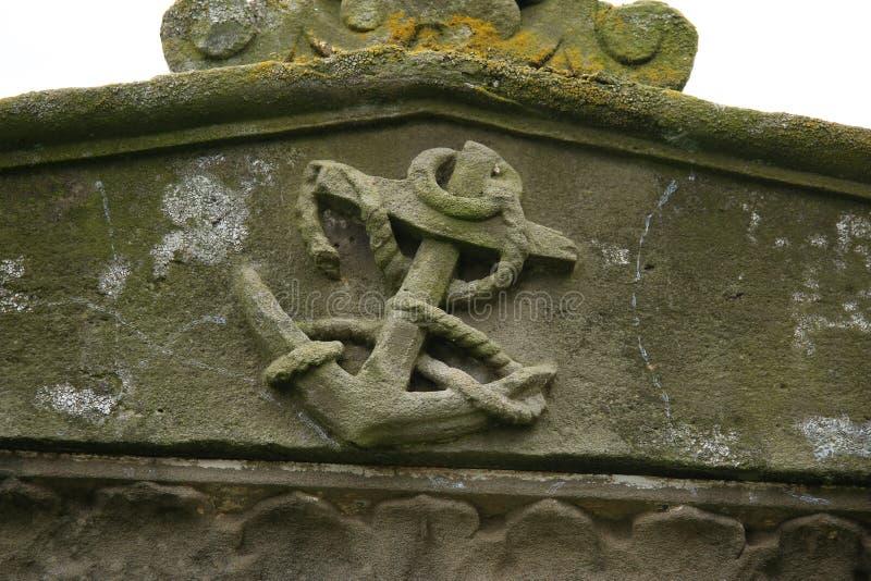 Detail des geschnitzten Steinankers auf Grabstein stockfoto