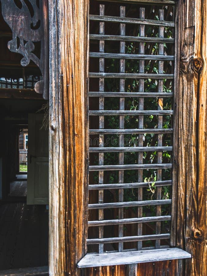 Detail des Grills am Eingang zum Haus stockfotografie