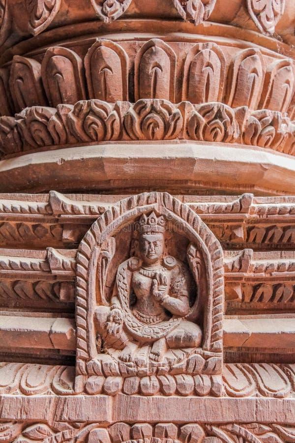 Detail des hölzernen Schnitzens der Gottheit auf hindischem Tempel in Kathmandu, Nepal stockfotos