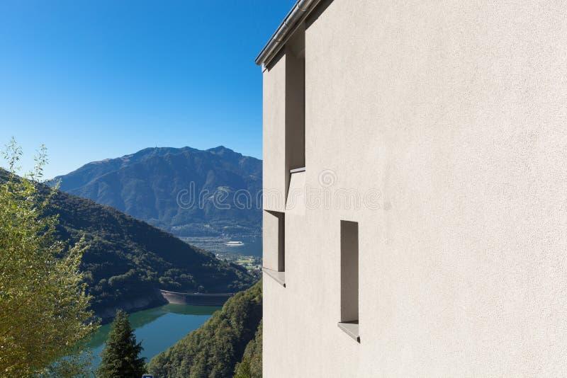 Detail des minimalen modernen Hauses in der Natur stockbilder