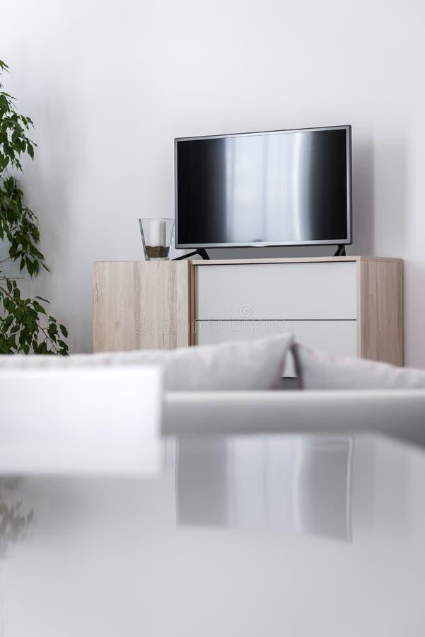 Detail des modernen Wohnzimmers - Wand mit Fernsehen lizenzfreies stockbild