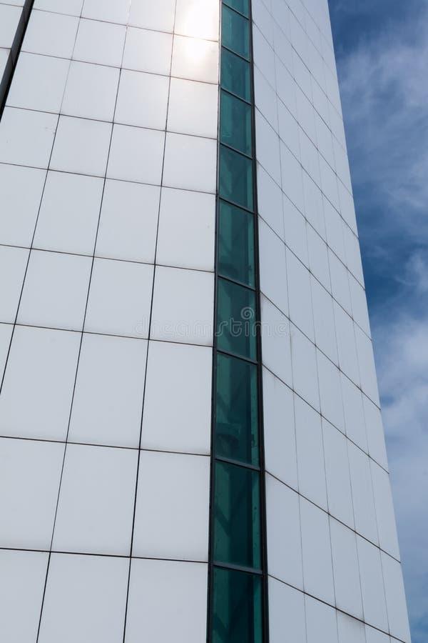 Detail des modernen Wolkenkratzers, blauer Himmel im Hintergrund stockbilder