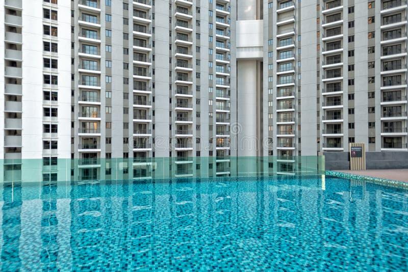 Detail des neuen Wohnwohnblocks, nicht schon besetzt, mit Swimmingpool im Vordergrund lizenzfreies stockfoto