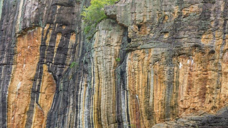 Detail des schönen Nourlangie Felsens oder des Burrunggui, im Nationalpark Kakadu, Australien stockfotos