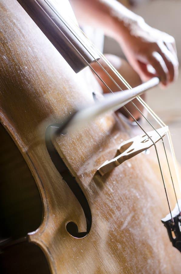 Detail des Spielens des Cellos lizenzfreie stockfotos