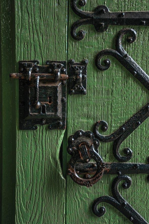 Detail des Verschlusses und Scharnier des Eisens auf Holztür in Gravensteen ziehen sich in Gent zurück stockfoto
