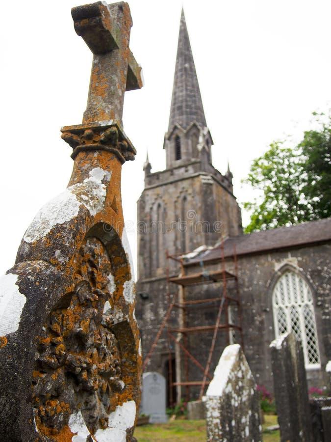 Detail des verwitterten Grabsteins am irischen Kirchen-Kirchhof lizenzfreie stockfotos