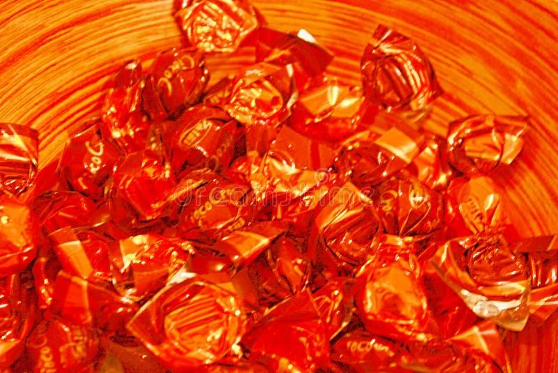 Detail des Weidenkorbes voll der köstlichen Süßigkeiten lizenzfreie stockfotos