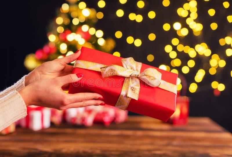Detail die van vrouwenhanden Kerstmisgift houden royalty-vrije stock fotografie