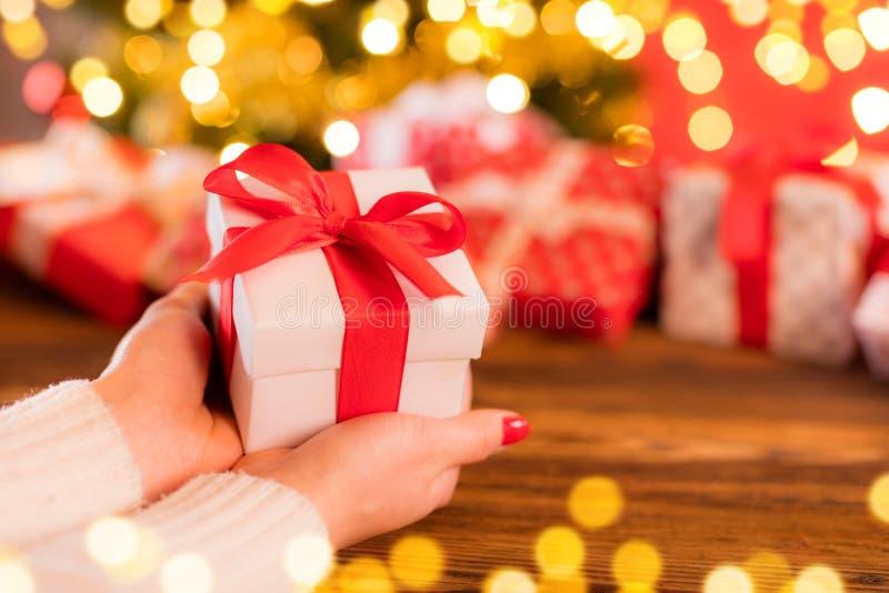 Detail die van vrouwenhanden Kerstmisgift houden royalty-vrije stock foto's