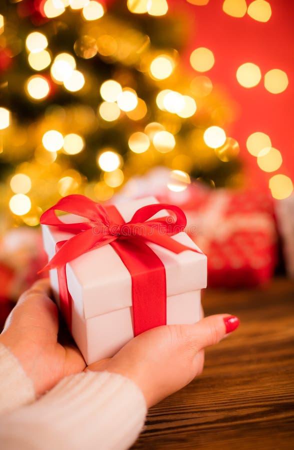 Detail die van vrouwenhanden Kerstmisgift houden stock foto