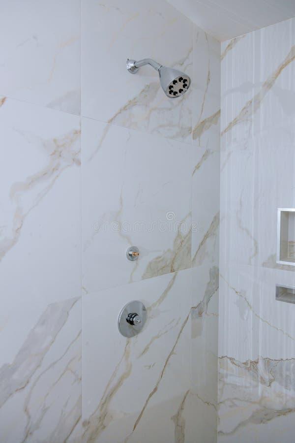 Detail einer Eckduschkabine mit Wandberg-Duschzubeh?r lizenzfreie stockbilder