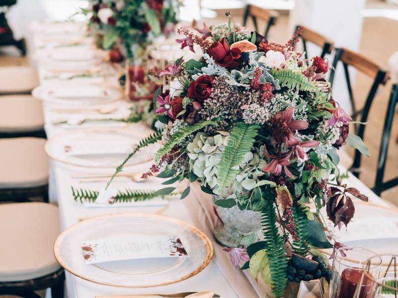 Detail einer Eleganzfarbbandblume Tabelle eingestellt an der Hochzeit stockfotos