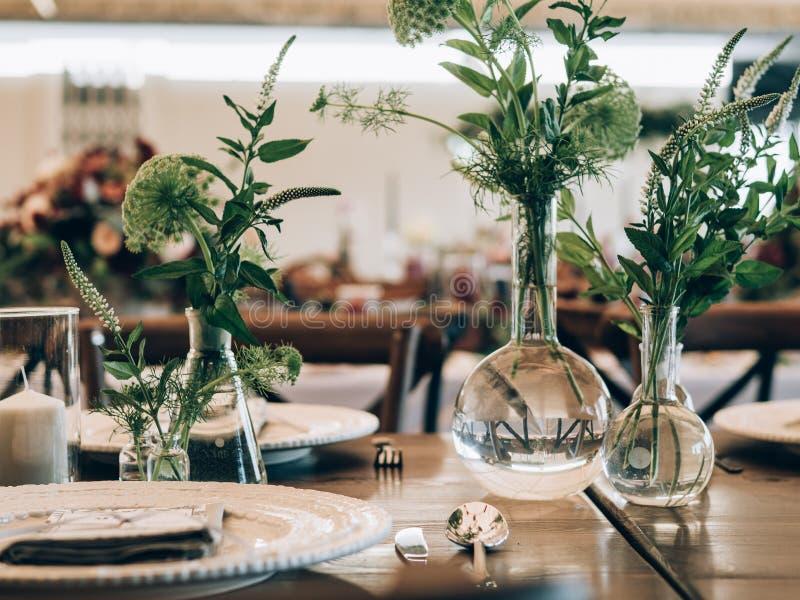 Detail einer Eleganzfarbbandblume Tabelle eingestellt an der Hochzeit lizenzfreie stockfotos