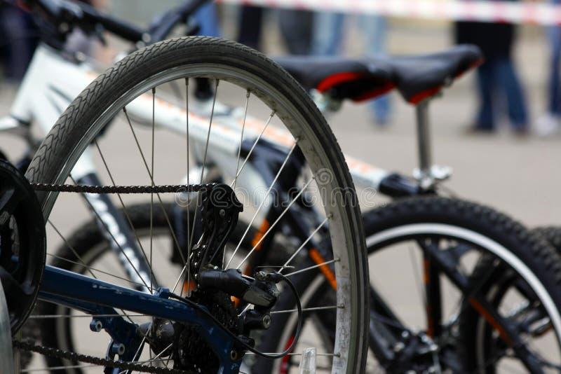 Detail einer Fahrradfelge mit Speichen, Kette und Schalthebelnabe stockfotografie