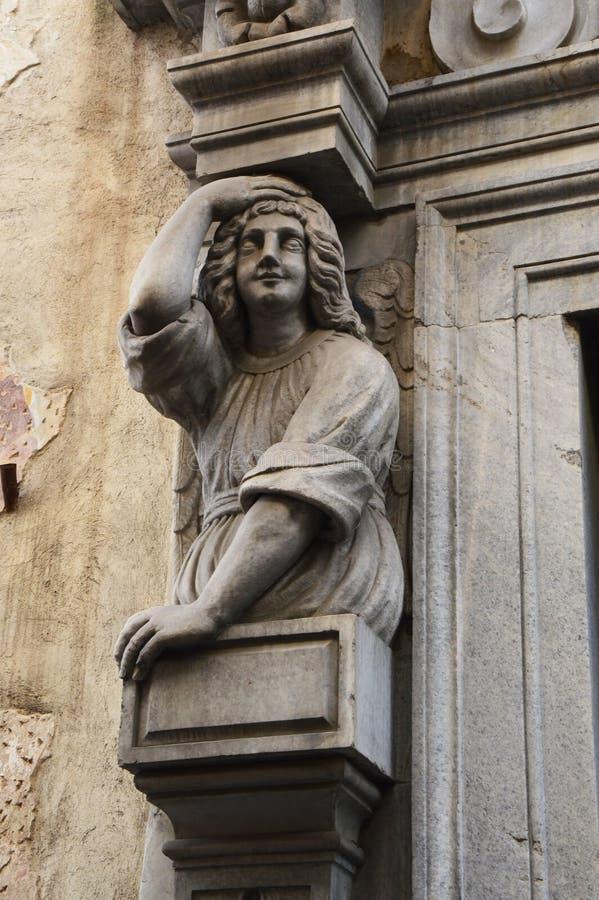 Detail einer humanisierten Spalte der Kirche in der oberen Stadt Citta Alta, Bergamo, Italien lizenzfreies stockbild