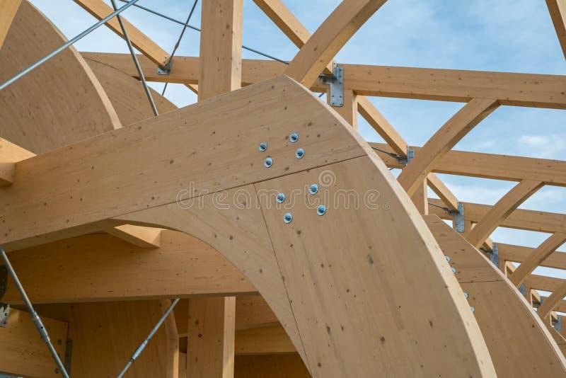 Detail einer modernen hölzernen Architektur in geklebtem lamelliertem Bauholz lizenzfreie stockfotos