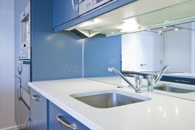 Detail einer modernen Küche im metallischen Blau stockbild