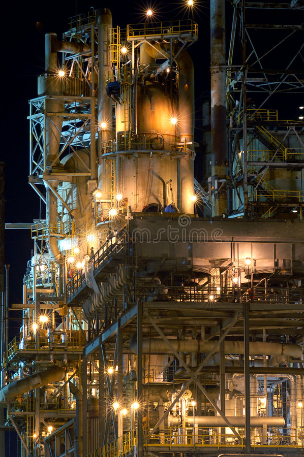 Detail einer Raffinerie nachts stockfotos