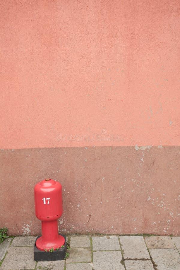 Detail einer roten Wand mit Hydranten von Burano-Insel, Venedig stockfotografie
