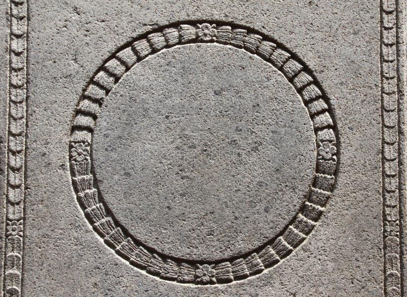 Detail eines alten geschnitzten Steinrahmens mit Blumenverzierungen stockfotos