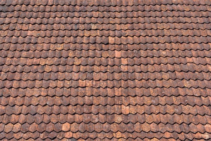 Detail eines alten rotbraunen Ziegeldachs stockbilder