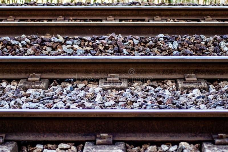 Detail eines europäischen Bahngleises stockbilder