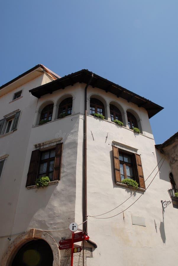 Detail eines Gebäudes in Rovereto in der Provinz von Trento (Italien) lizenzfreie stockfotos
