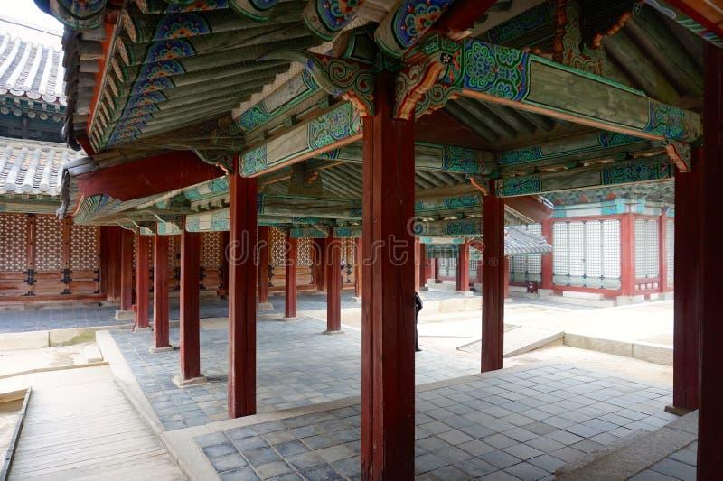 Detail eines Korridors in Changdeokgungs-Palast in Seoul, Südkorea stockfotos