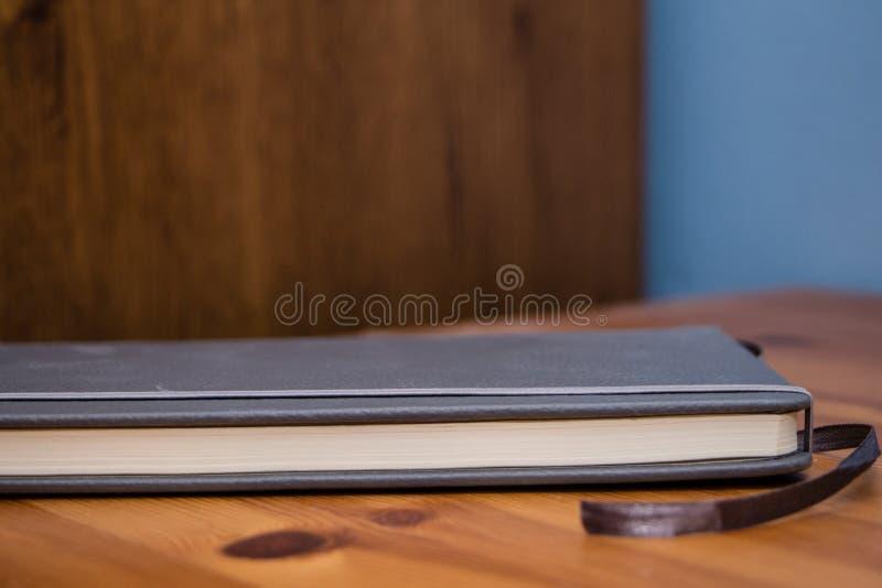 Detail eines Notizbuches auf Holztisch stockbild