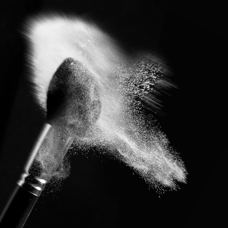 Detail eines Puderpinsels mit weißem losem Puder lizenzfreie stockbilder