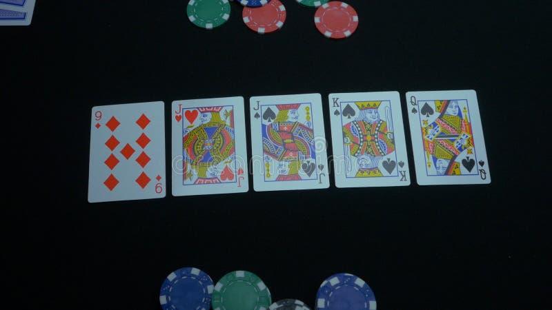 Detail eines Royal Flushs auf schwarzem Hintergrund Royal Flush des Spatens im Pokerspiel auf einem schwarzen Hintergrund Spieler lizenzfreies stockfoto
